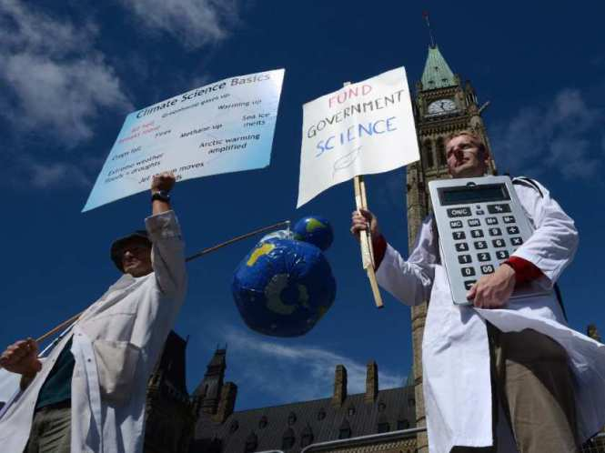 Scientists rallied on Parliament Hill on Sept. 16, 2013. (Sean Kilpatrick CP)